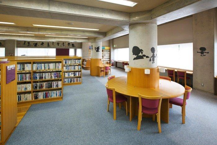 川西町立図書館内部